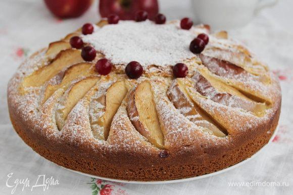 Пирог остудить и посыпать сахарной пудрой.