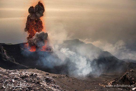 Вулкан Стромболи проснулся! Это зрелище действительно завораживает.