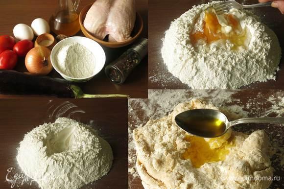 Подготовим муку, яйца и масло горчичное для теста. Начинка: филе куриной грудки, баклажан, лук, орехи, соль, перец. Соус: масло сливочное, мука, сметана, бульон. На первом фото не все компоненты, так как состав блюда определялся по мере приготовления. Муку просеиваем, высыпаем горкой с кратером, вбиваем 4 яйца, солим. Вилкой сбиваем яйца и начинаем захватывать муку, замешивать. Добавляем ложку горчичного масла, рекомендую использовать Biolio, это придаст оттенок вкуса горчицы, чуть добавит цвета, яркости тесту, золотистого оттенка. Кроме этого, тесто для каннеллони будет более эластичным.