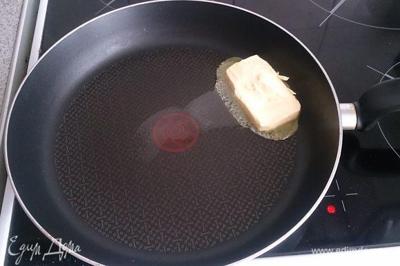Растапливаем сливочное масло.