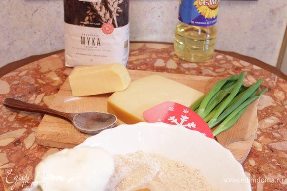 Просеять муку из цельносмолотого зерна «Рязаночка», добавить соль и соду. Сделать углубление в горке муки, разбить туда яйцо и тщательно перемешать ложкой.