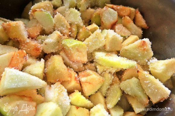 Засыпать сахаром и поставить на огонь в кастрюле с толстым дном. Тушить до выпаривания жидкости, помешивая.