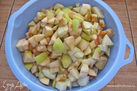 Яблоки очистить и нарезать кубиками. Масло растопить. Духовку включить на разогрев при 170ºС.