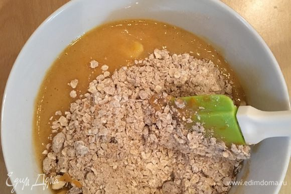 Объединить содержимое обеих мисок, вымесить тесто. Тесто получится достаточно густое и очень ароматное.