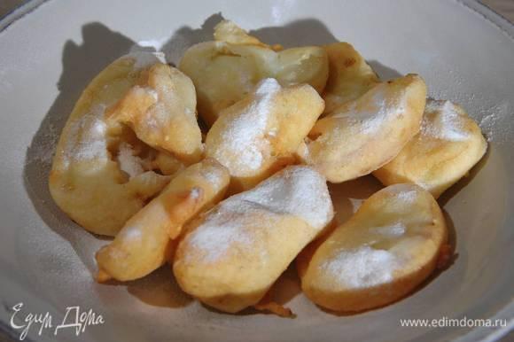Обжаренные фрукты посыпать сахарной пудрой.