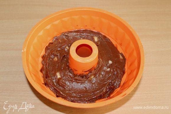 Выложить тесто в смазанную форму, разровнять лопаткой.