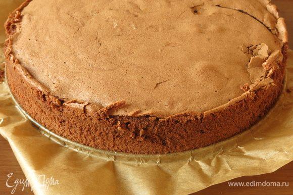 К этому времени бисквит остыл. Выбран шоколадый бисквит с маслом и растопленным шоколадом из-за насыщенного цвета готового бисквита и более влажной и в тоже время воздушной текстуры. В десерте используется небольшая часть бисквита, остатки замораживаем или готовим другие десерты.