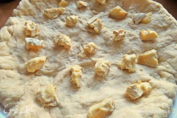 Растянуть в пласт и положить для начинки сыр кусочками.