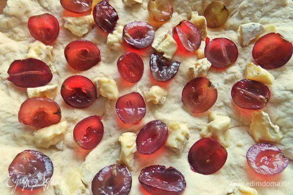 Между сыром — виноград. У меня был крупный с косточками, поэтому разрезала пополам. Мелкие ягоды оставила для верха.