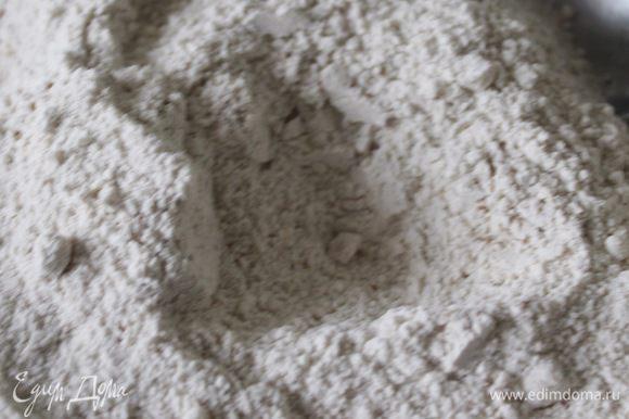 Просеять муку, миндальную муку, добавить специи и натертый или мелко поструганный марципан.