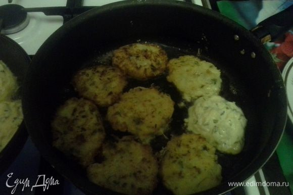 Жарить в хорошо разогретой сковороде, 7 минут с обеих сторон, чтобы появилась золотистая румяная корочка.