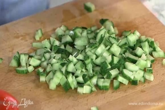 Огурцы и помидоры нарезать маленькими кусочками.