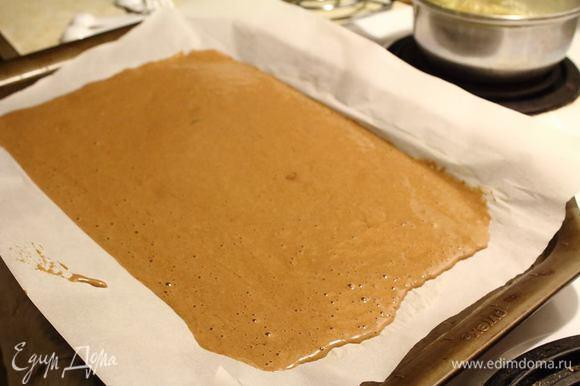 На застеленный пергаментом противень выкладываем тесто и в духовку при 180°С на 15 — 20 минут.