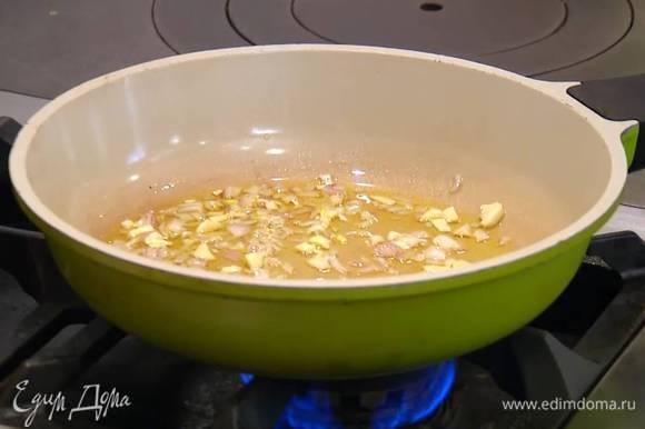 Разогреть в сковороде оливковое масло, выложить лук и чеснок, все перемешать.