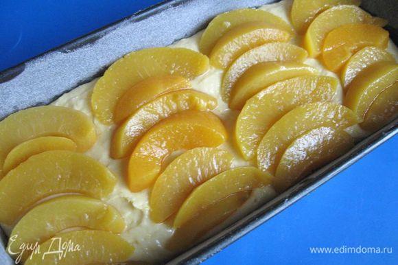Положить персики сверху теста. Посыпать орехами.