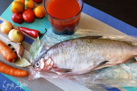 Подготовим продукты, специи и рыбу. Рыба у меня белая, семейства сиговых, называется сырок. Водится она на севере нашей Родины. В сырке практически нет костей, мясо очень нежное и сочное, у этой рыбы нет специфического рыбного запаха, она пахнет свежим огурцом, как корюшка. А вообще для этого блюда годится любая вкусная рыба с малым количеством костей.