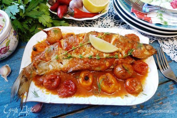 Подаем рыбу к столу, полив соусом. Ну очень вкусно! Кстати, этот соус можно использовать для спагетти, если останется конечно!