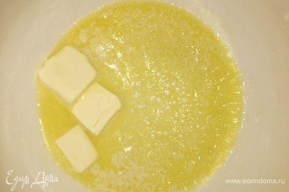 Берем кастрюлю, в которой будем варить непосредственно суп. Растапливаем 50 г сливочного масла и добавляем туда муку. Провариваем 1—2 минуты, чтобы избавиться от привкуса муки, непрерывно помешивая.