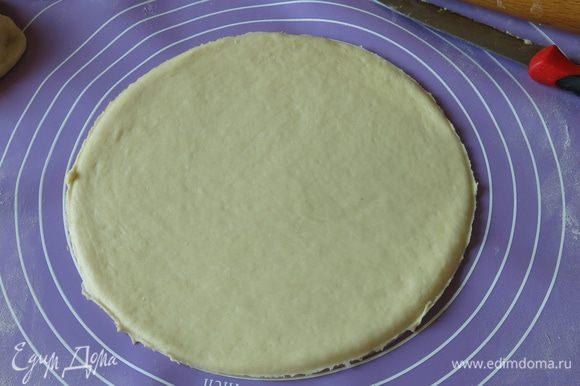 Раскатываем пять кругов, первый, третий и пятый — пшеничные. Удобно использовать трафарет или основу формы для разметки. Диаметр 17 — 18 см.