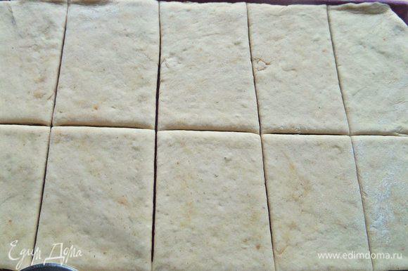 Раскатываем в пласт и делим на квадраты или прямоугольники ножом для пиццы.