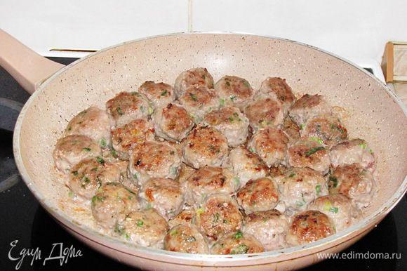 Разделать фарш на небольшие шарики, обвалять их в муке и обжарить на раскаленной сковороде с оливковым маслом. Выложить шарики в другую посуду.