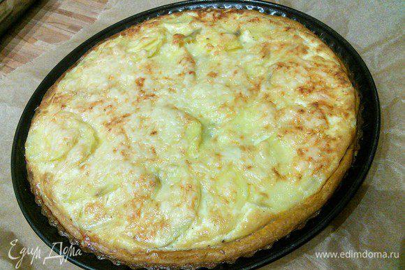 Выпекать тарт при той же температуре около 30 — 45 минут. Важно поставить тарт в нижний отдел духовки, чтобы он не пригорел. Проверьте картофель на готовность, в противном случае увеличьте время выпечки на 5 — 10 минут. Зависит от сорта картофеля и тонкости его нарезки. Вот он красавец!