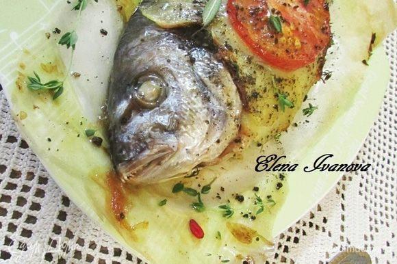 Готовую рыбу извлечь из духовки, перед подачей посыпать ароматными травками. Приятного аппетита!