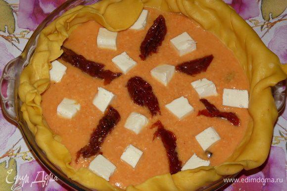 Вылить начинку на тесто, сверху выложить адыгейский сыр, нарезанный кубиками и вяленые томаты, нарезанные полосками. Края пирога завернуть вовнутрь.
