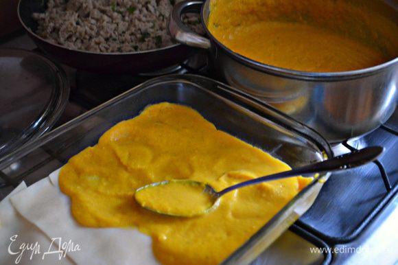 На дно прямоугольной формы размером 30х20 см налейте 1 стакан соуса. Выложите 4 листа лазаньи.