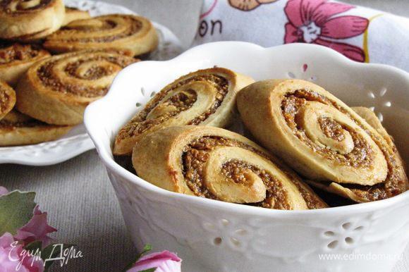 Готовое печенье переложить на тарелку или в вазочку и подавать с чаем, кофе, молоком. Приятного чаепития!