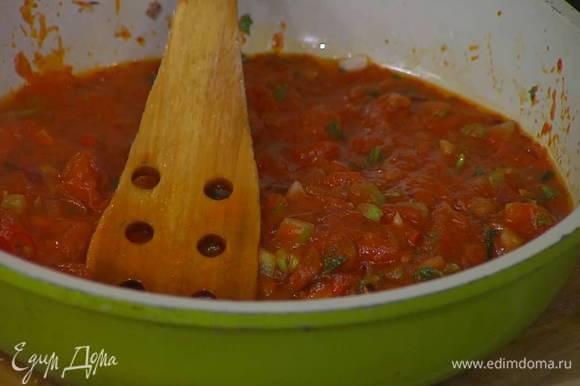 Сковороду с овощами снять с огня, влить лимонный сок и все перемешать.