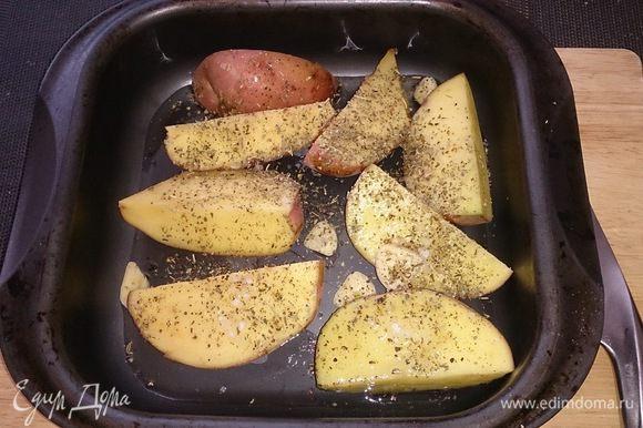 Картофель нарезаем крупными дольками, поливаем оливковым маслом, добавляем чеснок, посыпаем прованскими травами и крупной морской солью и перцем.