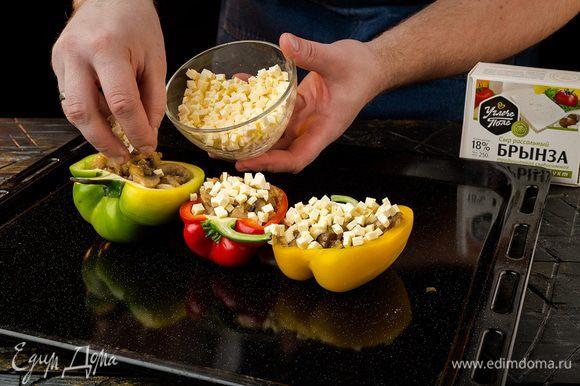 Брынзу ТМ «Углече Поле» нарезать кубиками. Половинки перцев наполнить грибами, разложить сыр и посыпать сухарями.