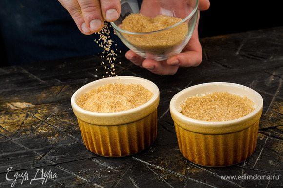 Остывшее крем-брюле посыпать тростниковым сахаром и поставить под гриль на самой большой мощности на 1 минуту. Перед подачей крем-брюле остудить.