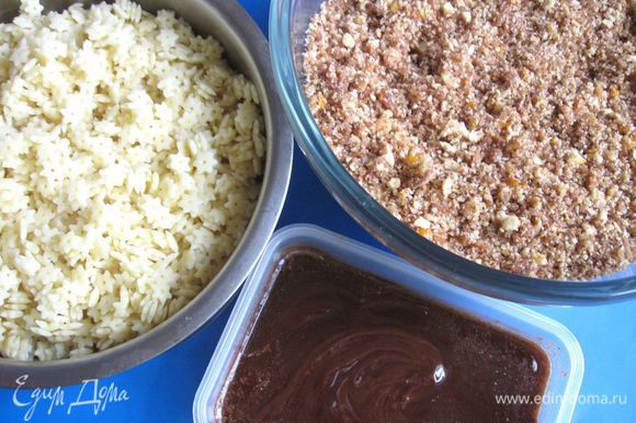 Приготовить для смешивания ореховую массу и пасту стеллине.