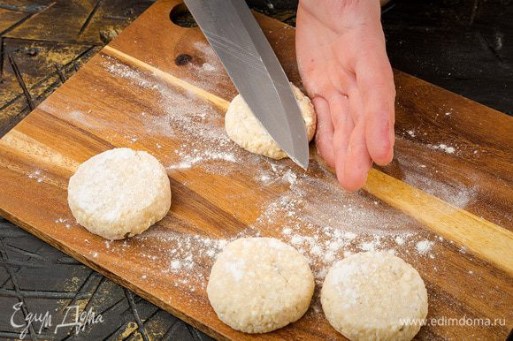 Разогреть в сковороде сливочное и оливковое масло, с помощью двух ложек сформировать сырники и обжарить их до готовности с двух сторон.