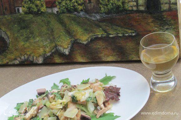На салатные листья выкладываем приправленный соусом салат. Поверх него выкладываем остатки пармиджано реджано, нарезанного тонкими ломтиками. Приятного аппетита!