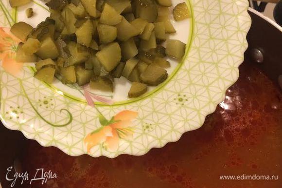 Огруцы мелко нарезать. В бульон добавить огурцы, мясо и варить 5 минут.