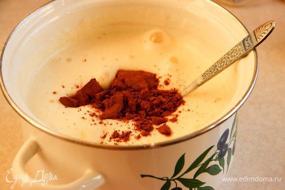 Приступим к бисквиту. Отделяем белки от желтков. Желтки взбиваем с сахаром, водой, маслом. Аккуратно добавляем муку, разрыхлитель, какао, соль. Взбиваем белки в крепкую пену. Постепенно подмешиваем их к смеси с мукой. Мешаем, пока консистенция не станет однородной. Разъемную форму смазываем сливочным маслом, выкладываем тесто. Выпекаем около 50 минут при температуре 180°С.