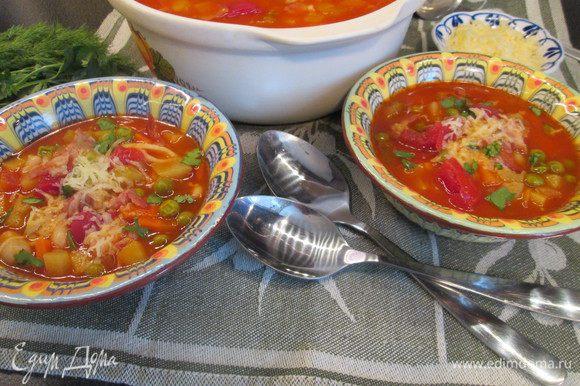 Добавляем фасоль вместе с соком, макароны, соль и перец. Минестроне готов. Подаем суп, посыпав зеленью и тертым пармезаном. Приятного аппетита!