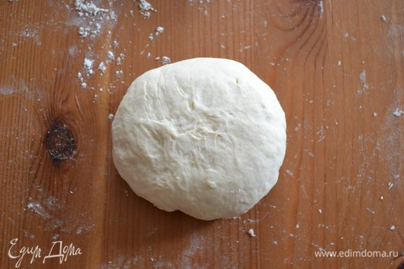 И перевернуть швом вниз. Подготовить таким образом все четыре булочки.