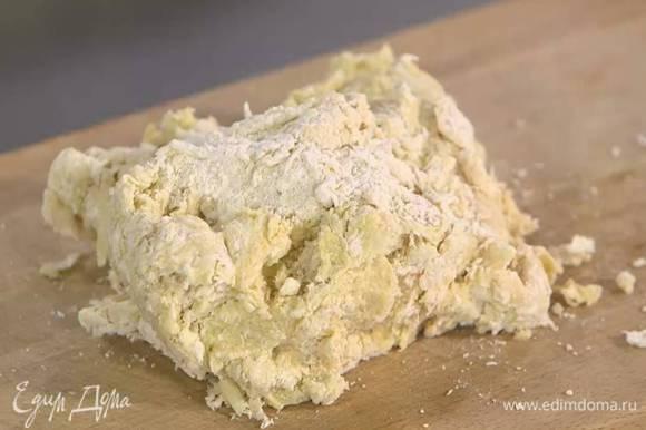 К муке со специями добавить яйца, натертый сыр и сливочное масло, влить кефир и вымешать все лопаткой, а затем вымесить тесто руками.