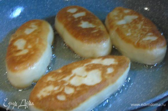 Жарим примерно по 30 секунд с каждой стороны, пирожки очень быстро жарятся, тесто тонкое, а начинка не нуждается в прожарке, она уже готова.