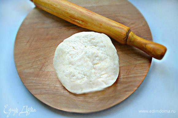 Подготовленное тесто скатайте в шар и заверните в пищевую пленку. Отправьте в холодильник на 30 минут.