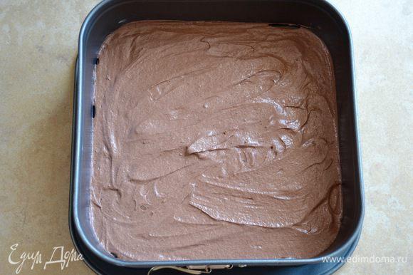 Дно разъемной квадратной формы (20-22 см) для выпечки слегка смазать маслом (или проложить пекарской бумагой). Духовку предварительно разогреть до 185-190°С. По рецепте рекомендовалось разогреть духовку только в режиме «гриль» (включен только верхний нагревающий элемент), но я обычно похожие пироги выпекаю в обычном режиме выпечки (верх-низ), поэтому исходила из своего опыта. Итак, далее все достаточно быстро и просто! Выложить на дно формы 2 ст. л. темного (или светлого) теста. С помощью тыльной стороны ложки разровнять тесто по всей поверхности формы, ровным слоем.