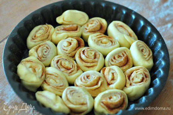 Форму для выпекания смазать сливочным маслом. Выложить булочки в форму для выпекания.