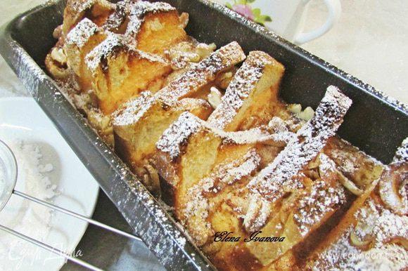 Готовые гренки извлечь из духовки, присыпать сахарной пудрой.