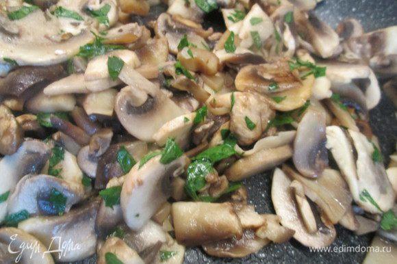 Разогреваем бульон, а тем временем нарезаем мелко лук, грибы режем ломтиками. Обжариваем грибы на оливковом масле и добавляем нарезанную мелко петрушку.