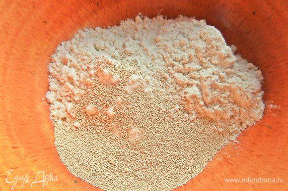 Для опары дрожжи высыпать в муку. Для этого отмеряла вначале всю пшеничную муку (350 г) и взяла оттуда 3 ложки согласно рецептуре, но и двух будет достаточно.