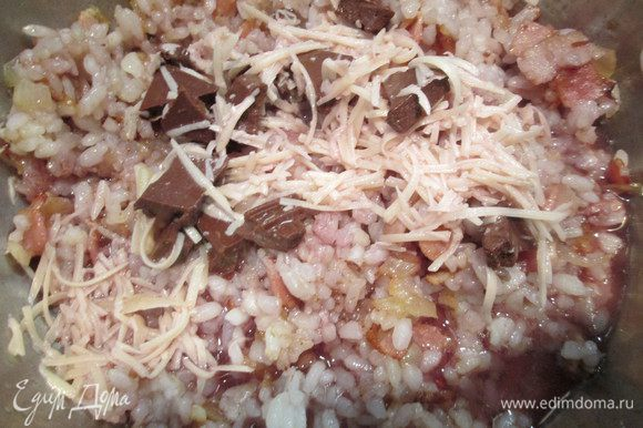 Нарезаем мелко лук и бекон. Обжарим в хорошо разогретом сотейнике на оливковом масле. Далее добавляем рис и обжариваем 3 — 4 минуты, затем вливаем вино и выпариваем. Продолжаем готовить ризотто, вливаем бульон постепенно, в течение 20 — 25 минут, пока готовится рис. Добавляя последнюю порцию бульона, положим кусочки шоколада, натертый сыр и, тщательно помешивая, продолжим готовить до полного их растворения.